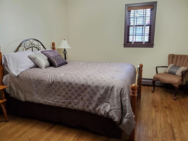 Queen bed-2nd floor bedroom