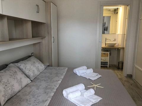 Camera con bagno e area esterna