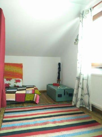 Cosy yoga attic room - Alba Iulia - Huis
