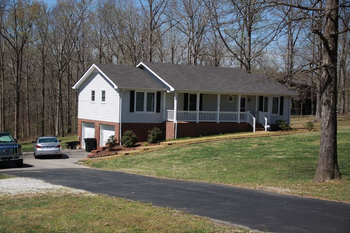 Country Living but close to city - White Bluff - House