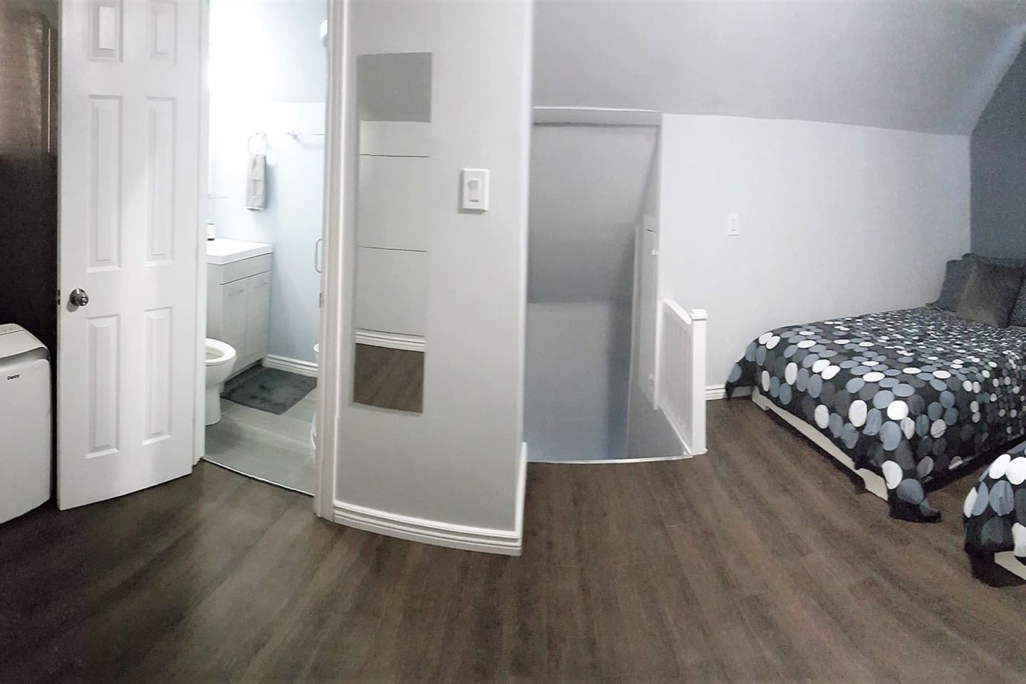 "THE CABIN : Two firm orthopedic pillow top beds, 55"" HD SMART TV with easy to use Netflix, personal air conditioning, en-suite private bathroom, spacious and bright with black out curtains"