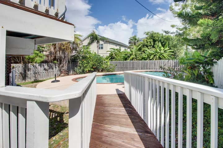 Upscale chateau w/private pool - walk a 1/2 block to the beach!