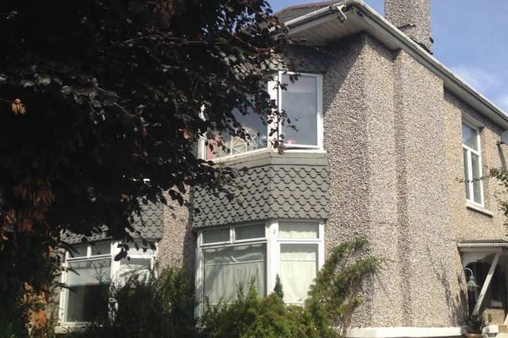 Single rm close University easy access to centre - Bournemouth - House