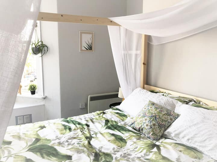 Designer Flat with Seaviews & King Size Canopy Bed