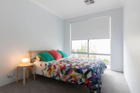 Bright, Clean and Comfortable Room - Dianella