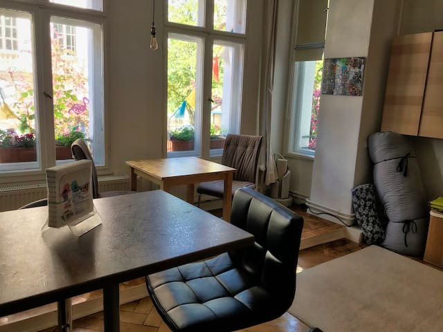 Open living space with lots of light - have breakfast at the kitchen bar table and enjoy dinner at the table in the bay window