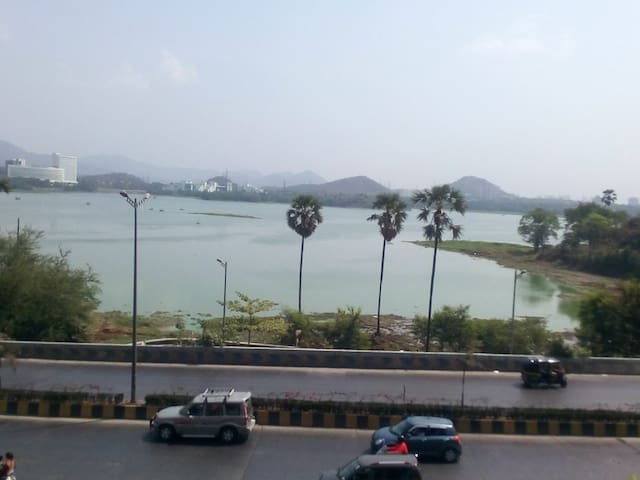Private room with complete view of the Powai Lake - Bombay