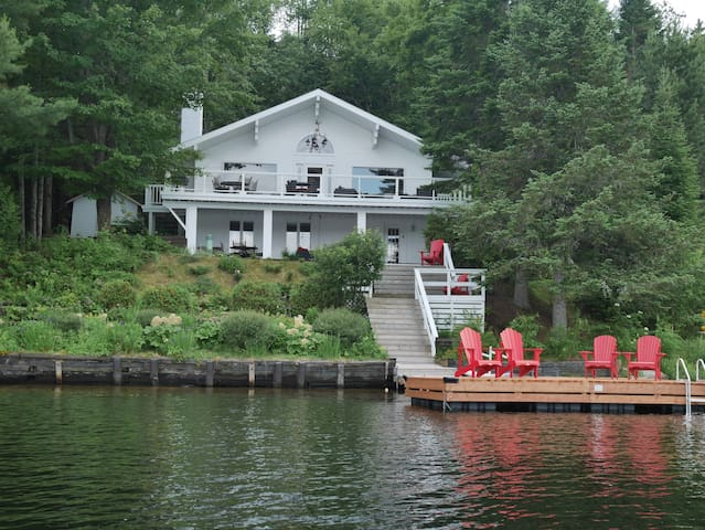 LAKEFRONT WITH BREATHTAKING VIEW, LAKE ST-JOSEPH