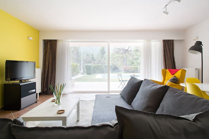 cozy flat mountain view with shared pool - Ekali - Apartemen