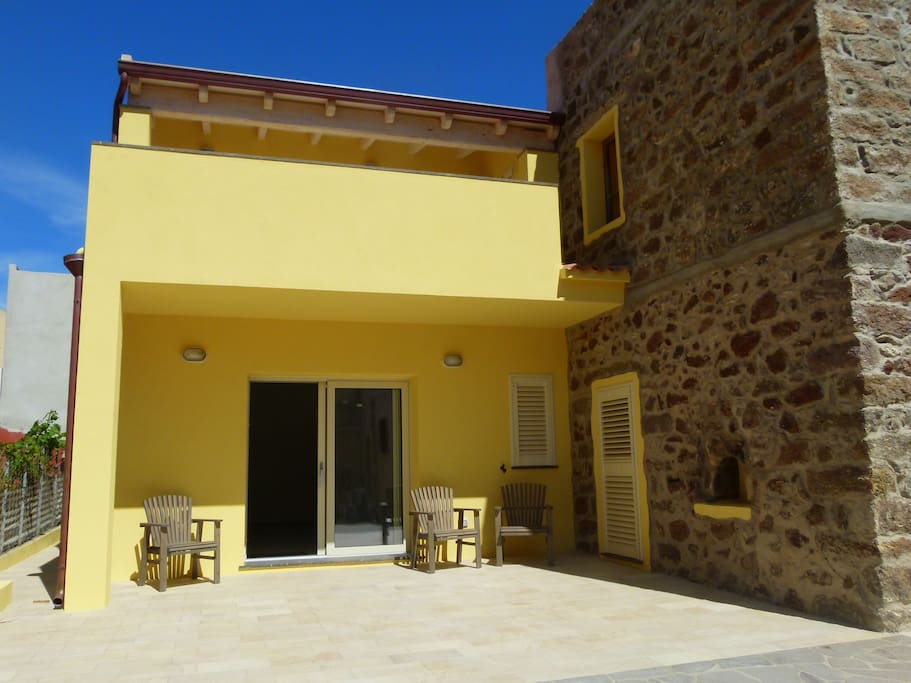 Beautifully restored villa with sun terrace (with outdoor table and chairs)