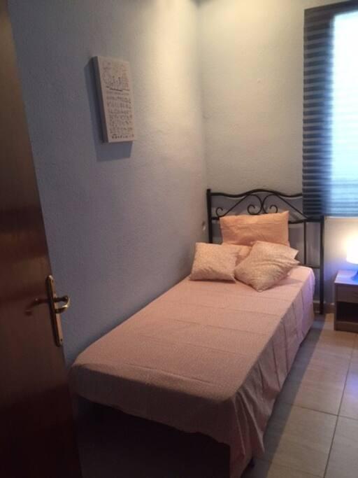 habitacion sencilla , con armarios empotrados