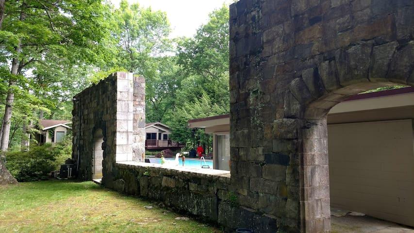 studio outdoor walls of Gutzon Borglum