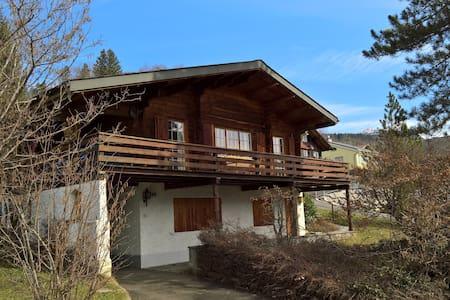 Idyllisches Chalet mit Balkon und Garten