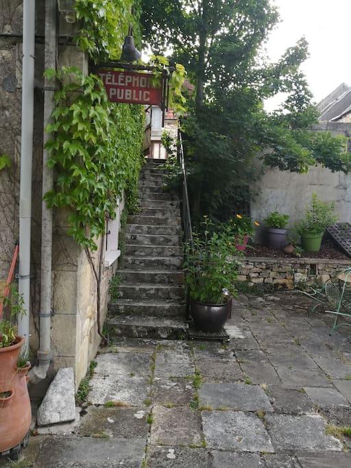 l accès se fait par cet escalier