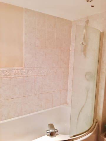 Double room. Walking distance to bus-stop. - Hatfield - Hus