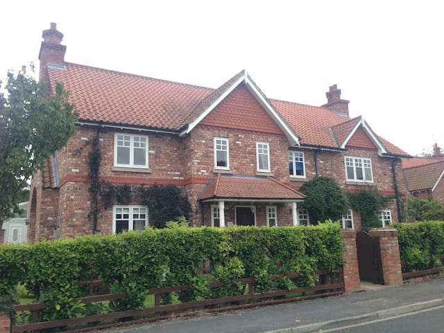 Large Double Ensuite in lovely village  near York - Escrick - Casa