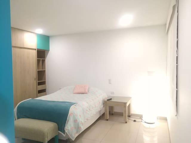 Dormitorio 1 es el más grande con cama de 2 plazas y closet de pared a pared.