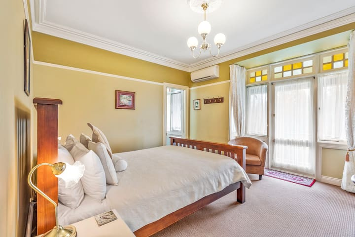 Tomah Room Queen bed private ensuite spa bath separate shower, BREAKFAST INCLUDED, FREE WIFI