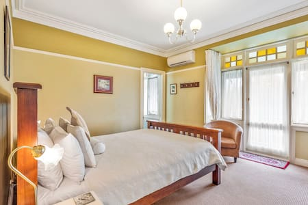 FREE HOT BREAKFAST. Air conditioned, heating, private ensuite with walkin shower and separate double spa bath. Access directly to front verandah seating area.