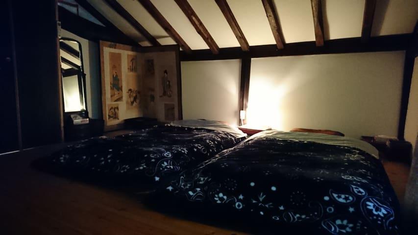 2階寝室 布団3、ベッド1  4人迄
