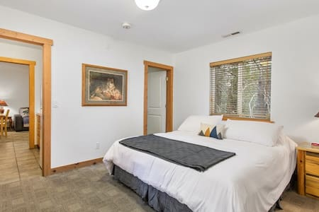 Kingvale Lodge - Downstairs One Bedroom Queen Suite #4