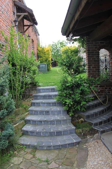 escaliers menant au jardin et au logement