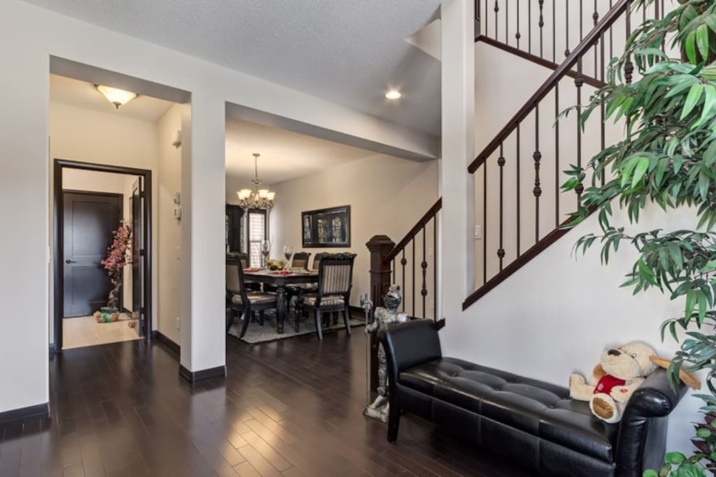 LARGE FRONT FOYER