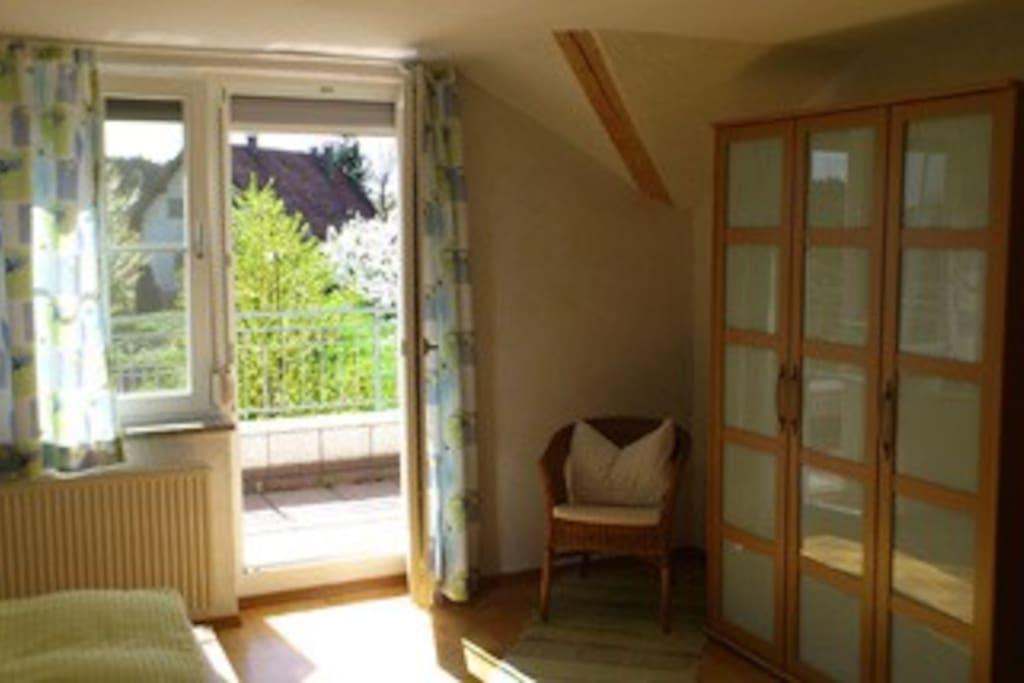 Schlafzimmer mit großem Kleiderschrank und Doppelbett