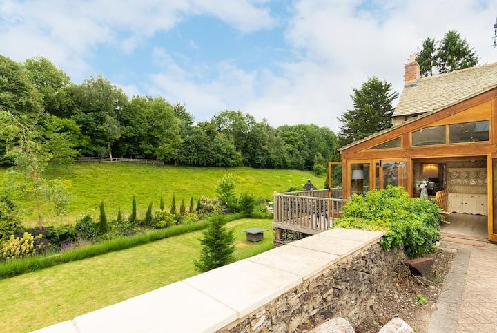 Hollyhock House  sleeps 6 BBQCabin & Playground