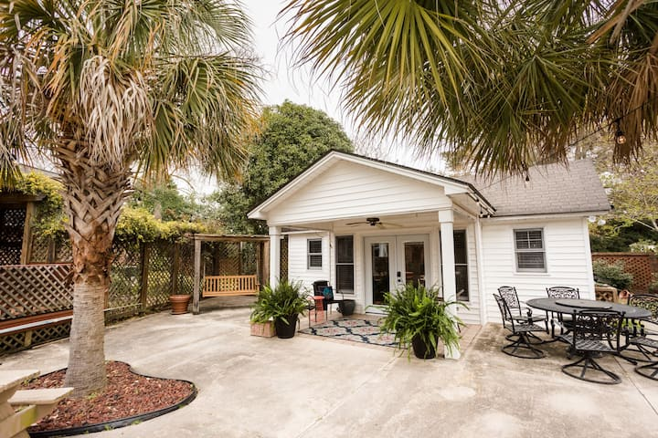 Cozy Poolside Cottage- Near I-95 & I-20, Florence