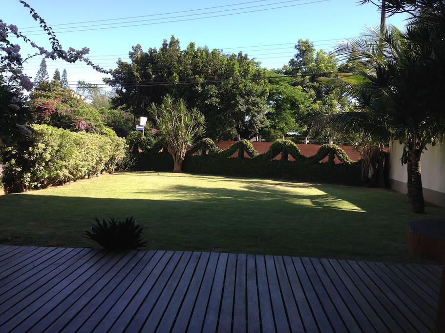 jardim com deck/ churrasqueira