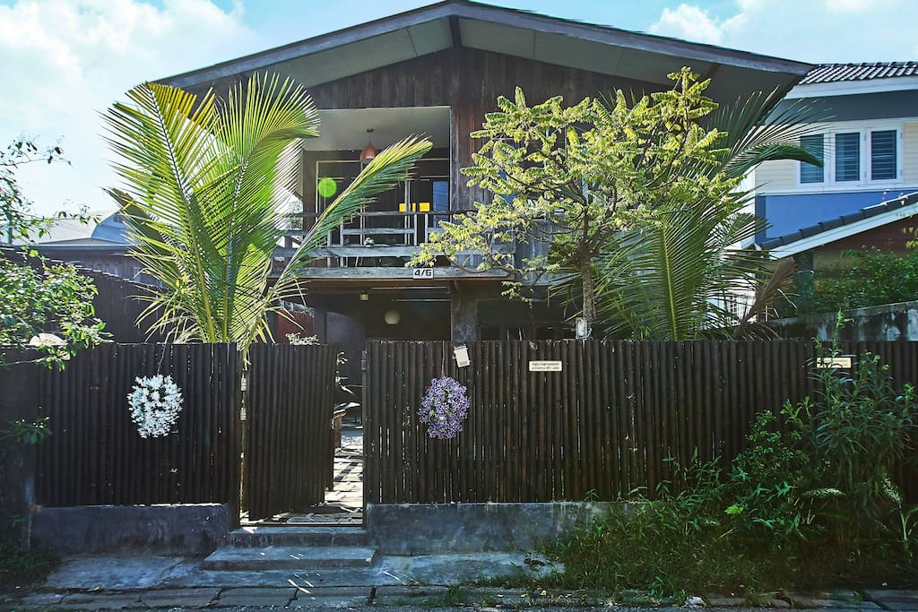 This is a traditionnal Thai wood house that has been fully renovated.