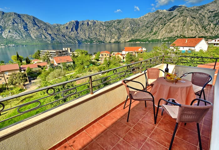 Apartment with 2 terraces, sea view - Kotor