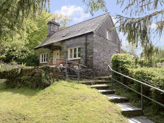 Dylasau - A delightful 'picture-book' cottage