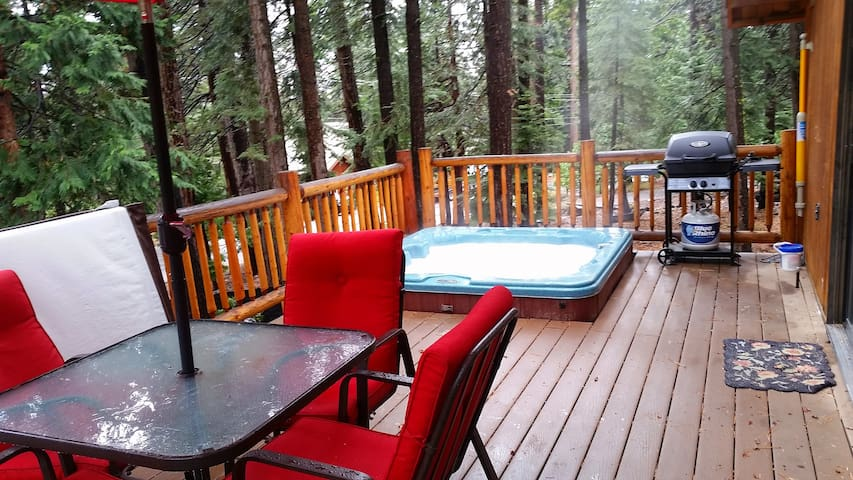 Private Hot Tub at your Cozy Cabin in the Woods - Carnelian Bay