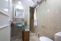 Baño completo con ducha, toallas, jabon, secador de pelo...   Full bathroom with shower, towels, soap, hair dryer ...