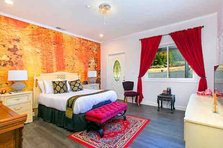 Luxury Hilltop Suite at Lakeside Lodge