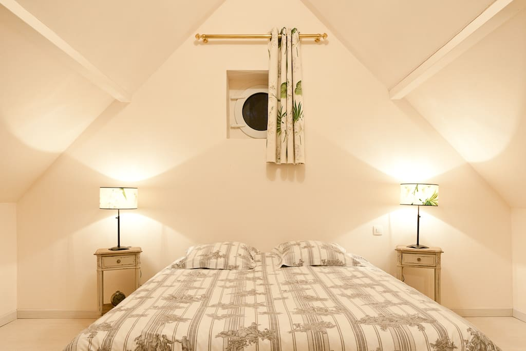 Chambre à l'étage. li lit peut être double, ou séparés en 2 lits simples. Un 3em lit est disponible dans la chambre