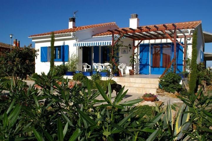 045 House with private garden, quiet zone - Llançà - Huis