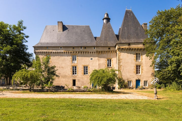 Holliday home in a beautiful Chateau with Pool and restaurant.
