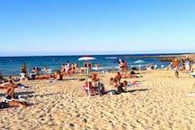 Strand (Sand/Felsen) in der Nähe