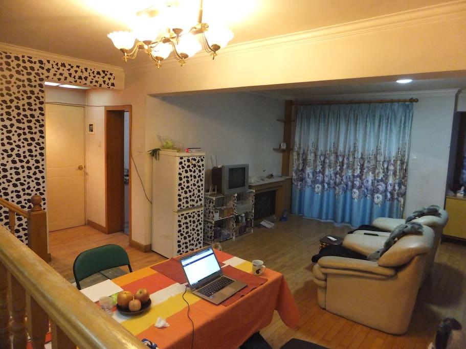 客厅宽敞,可用餐、看电视、学习、聊天