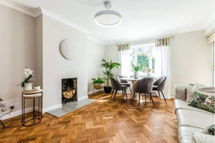 Entire luxury Chiswick home by the Riverfront