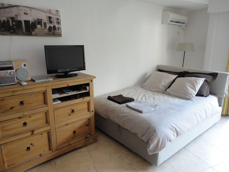 Notre tout nouveau lit 140x200 avec un très bon matelas.