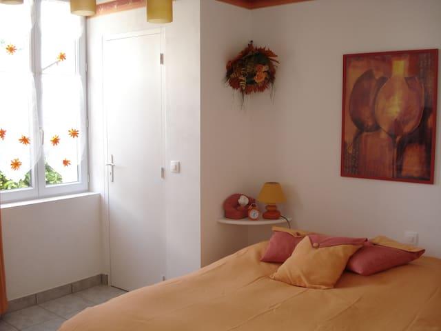 grande chambre 15 m2 orange rez de chaussée (avec wc intégré ) lit 140*190