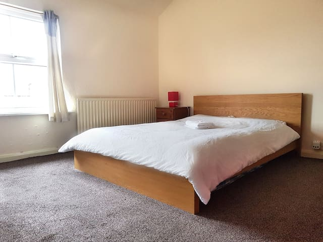 Large double bedroom perfect for city centre 3|39