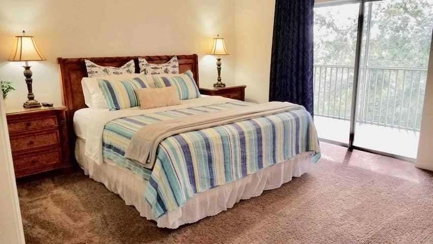 Condo with 2 king size bed & 5 minutes to Disneys