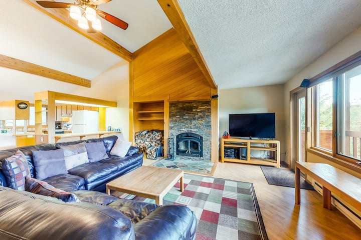 New listing! Family-friendly townhouse w/ a furnished deck & private hot tub!