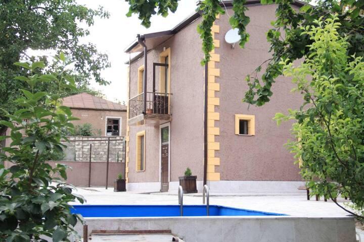 Дом со всеми удобствами и бассейном в Айгестане
