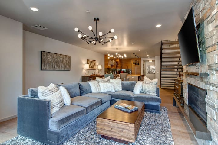 First Level Great Room - Comfortable Sectional, Smart TV and Gas Fireplace